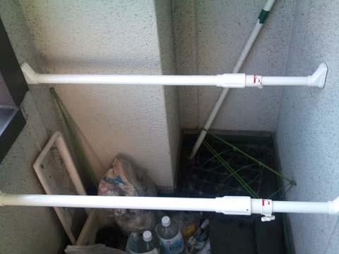 ガーデニング:収穫した大根は自宅物干し場セットした突っ張り棒に干します